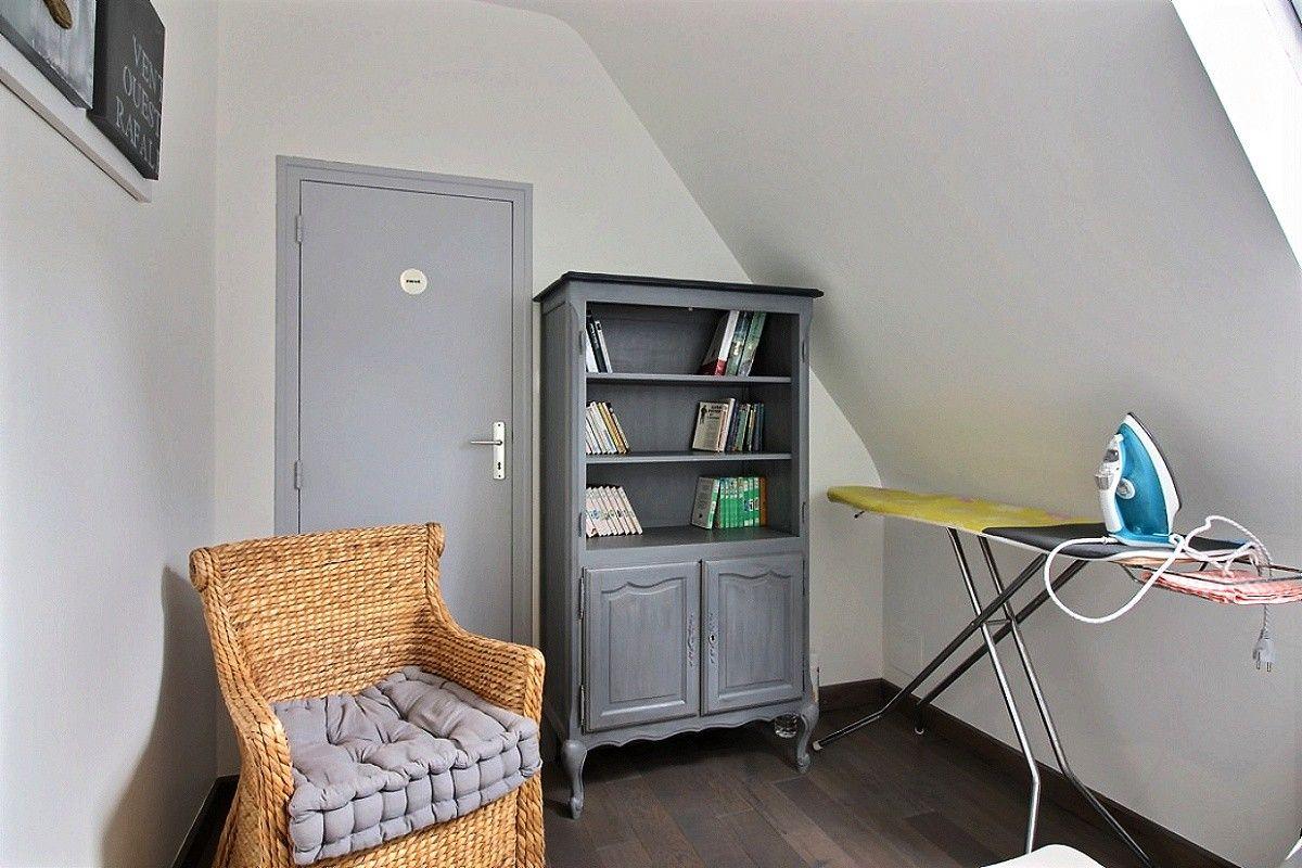 mezzanine avec bibliothèque enfants et endroit de repassage