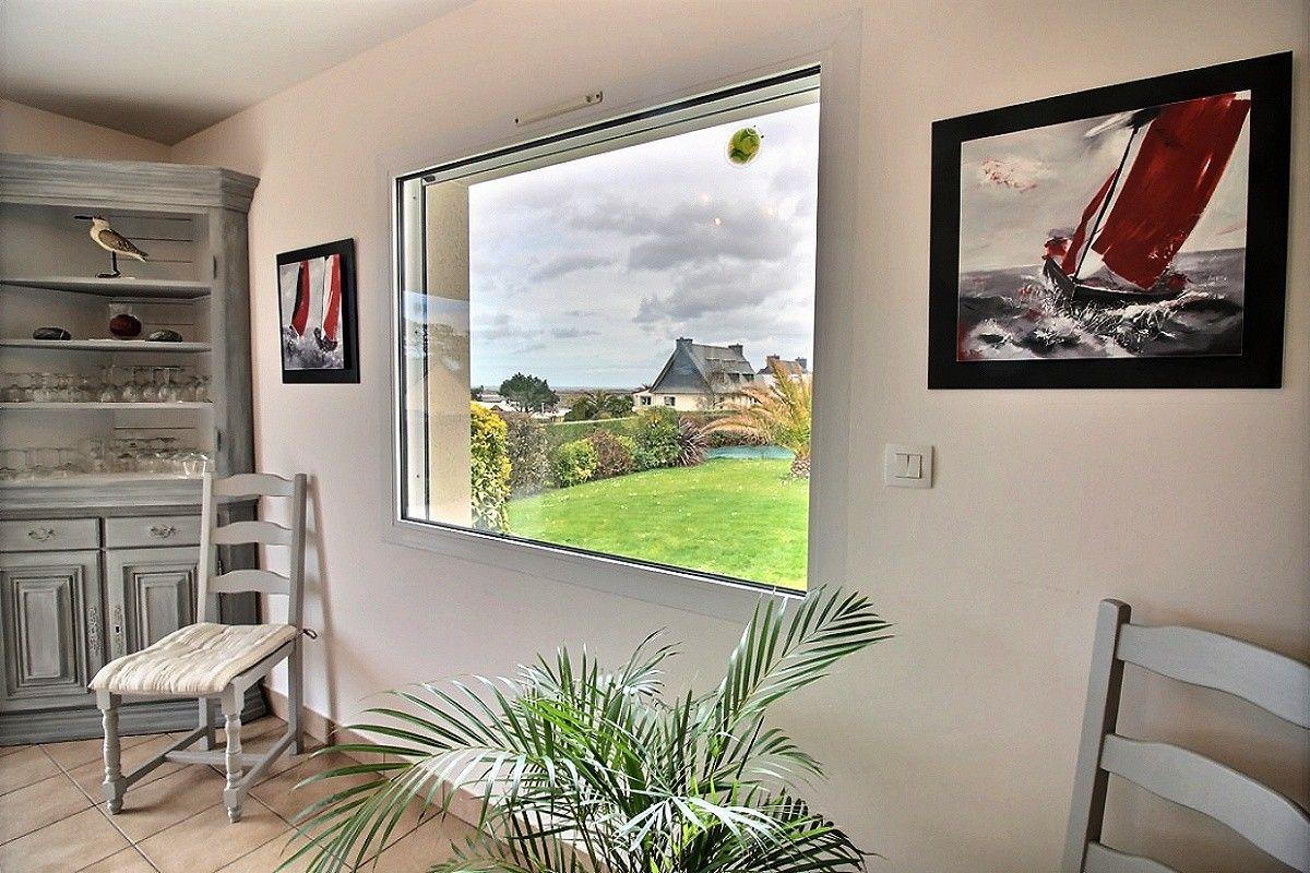 fenêtre de la salle sur le jardin et la mer