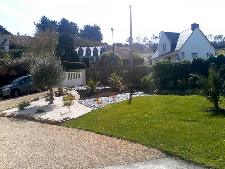 Les Agapanthes:jardin coté ouest