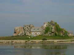 maison entre les rochers Plougrescan